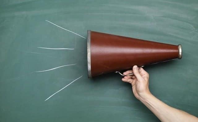 megafono che strilla