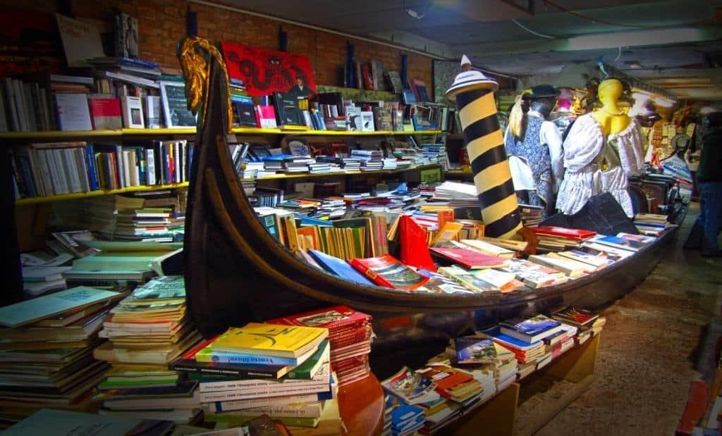 gondola con libri