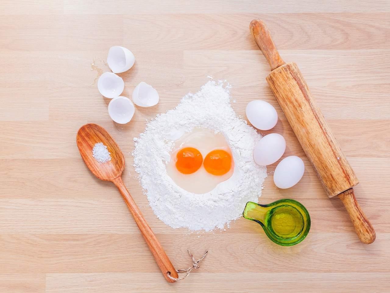 tavolo uova mattarello farina