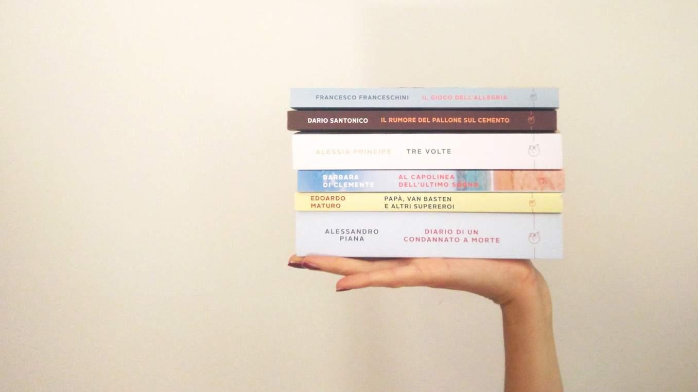 pila di libri in mano