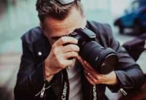 Adriano è un fotografo di guerra