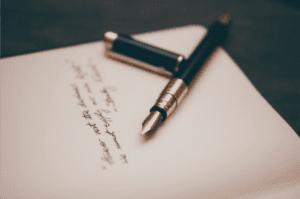 penna stilografica e righe sul foglio