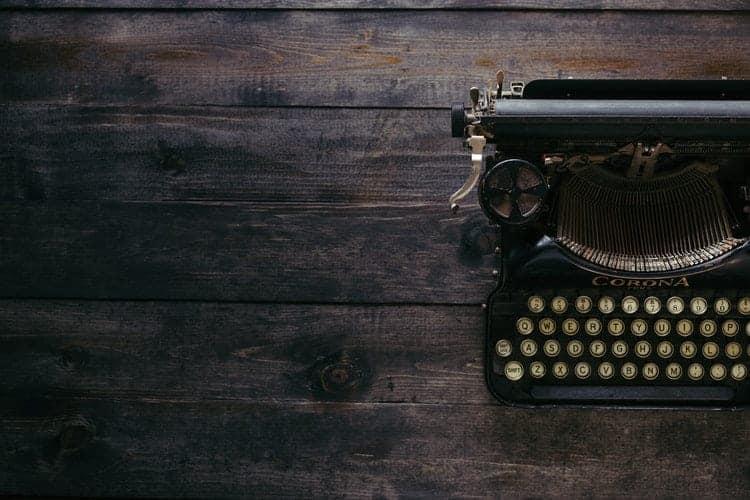 macchina da scrivere su tavolo in legno